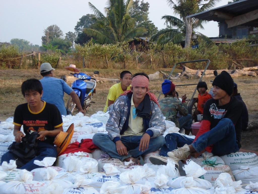 Helpen met de rijst Ban Dung7 05dec07.JPG
