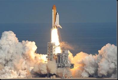 Atlantis deixa a plataforma de lançamento (Foto: STAN HONDA/AFP)