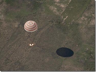 Soyuz TMA-17 aciona foguetes para reduzir a velocidade de queda pouco antes de pousar (Foto: Bill Ingalls, NASA)