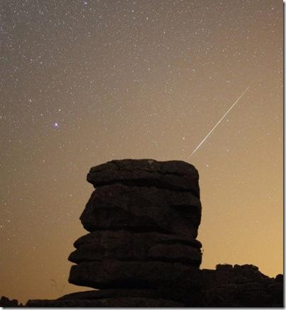 Meteoro cruza o céu da reserva natural de El Torcal, perto de Málaga, no sul da Espanha (Foto: John Nazca / Reuters)