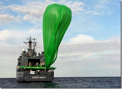 Balão com foguete romeno pouco antes do lançamento (Foto: ARCA)