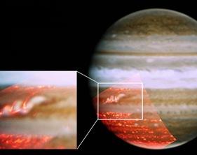 """""""Tempestade"""" no cinturão equatorial de Júpiter; no detalhe, a listra que está ficando escura novamente (Foto: JPL/NASA, Universidade de Oxford, Berkeley, Observatório Gemini)"""