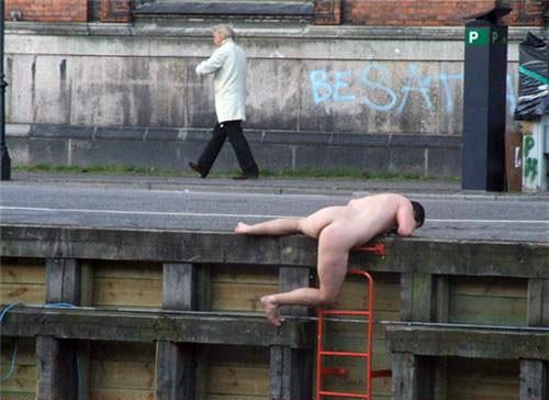 nude man doing somthing wrongo