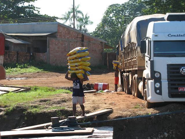 Descarregamento de Caminh�o no Porto do Hulk. Porto Velho - Manaus