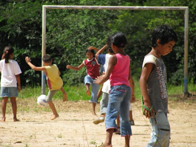 Crian�as do col�gio Princesa Izabel brincam durante recreio. Porto Velho, Rond�nia