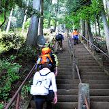 下社から山頂へ向かう階段。急です。