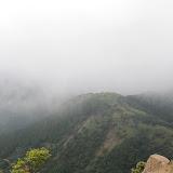 蓑毛、ヤビツを越えて三の塔から。烏尾山がかすかに見える。超霧状態。