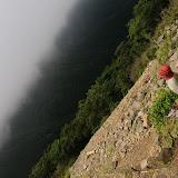 いつものお地蔵さんが眺める景色も今日は霧。