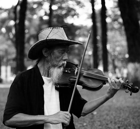 Cụ già chơi vĩ cầm - ảnh của Luộc Tathy