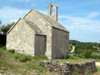 Skromna cerkev ob poti