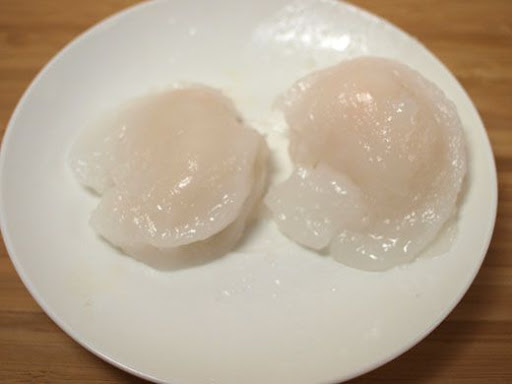 Uncooked scallops with fin attached