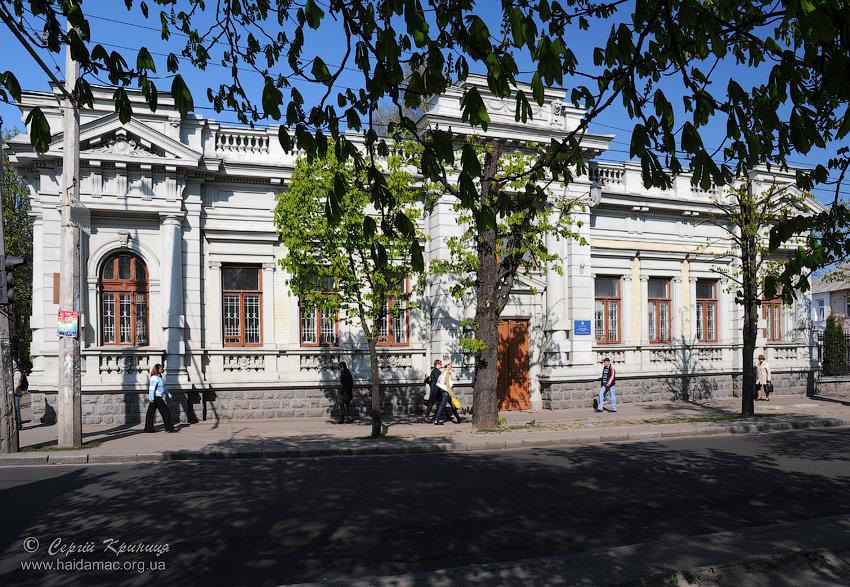 центральний фасад з боку Шевченка