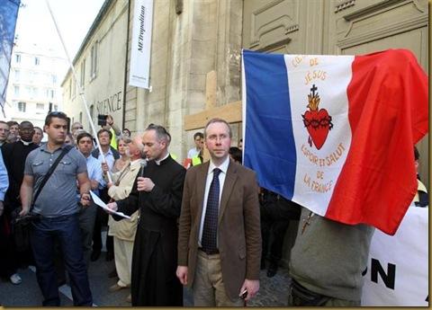les-catholiques-dans-la-rue-pour-reclamer-le-retrait-d-une-photo-jugee-scandaleuse