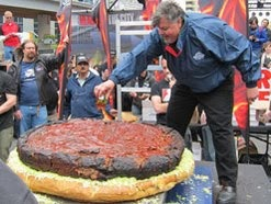 World&#39;s Largest Hamburger Contender from Canada Weighed In at 590 Pounds 000