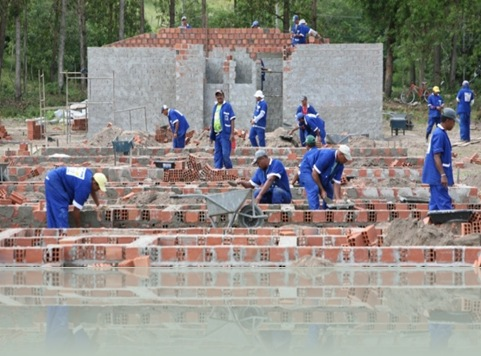 operarios-trabalham-na-construcao-de-casas-em-quebrangulo-um-dos-quatro-municipios-de-alagoas-onde-as-obras-comecaram-1284758834072_615x300