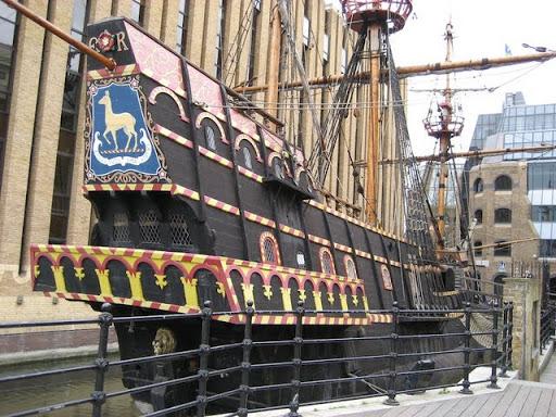 "Nome que carrega muita história, ""Jolly Roger"" ... Francis-drake-galleon-southwark-london-uk"
