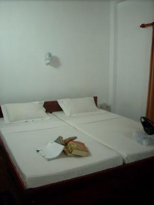 drifters hotel narigama hikkaduwa sri lanka bedroom room beds