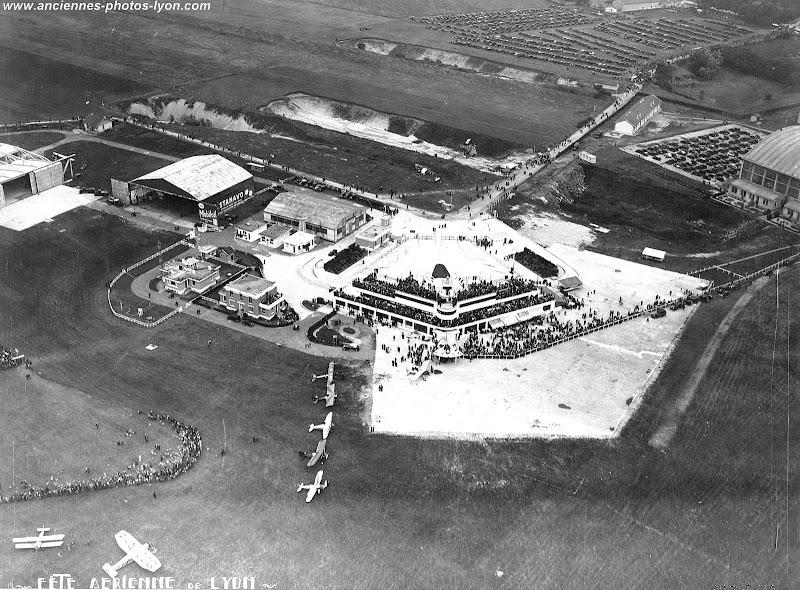 Vue aérienne de l'aéroport de Lyon Bron en 1930, lors de la Fête aérienne.