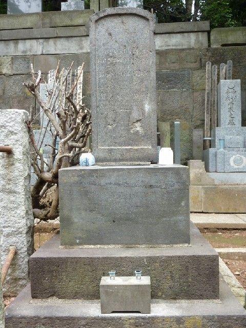 ヒュースケン墓の正面にある伝吉(DAN KUT)墓