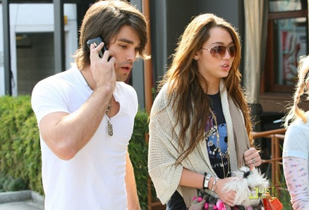 miley-cyrus-justin-gaston-market-city-caffe-08