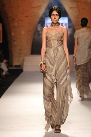 [WIFW SS 2011collection by Tarun Tahiliani   (3)[6].jpg]