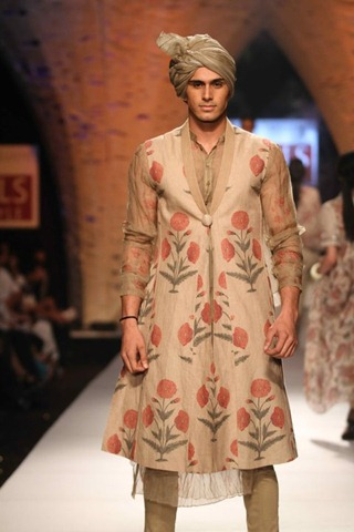 [WIFW SS 2011collection by Tarun Tahiliani   (14)[3].jpg]