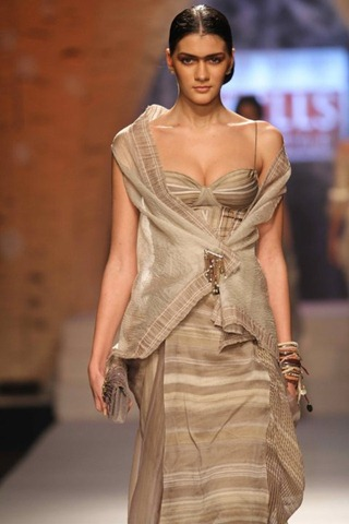 [WIFW SS 2011collection by Tarun Tahiliani   (7)[4].jpg]