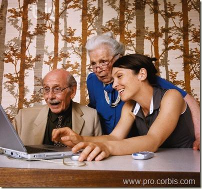 Дедушка, бабушка и внучка за ноутбуком.