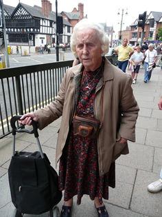 Женщина с фотоаппаратом на улице Честера