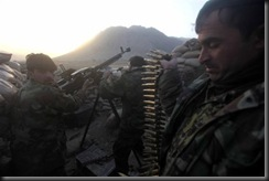 Солдаты Афганской армии ведут огонь из тяжелого пулемета по позициям Талибана