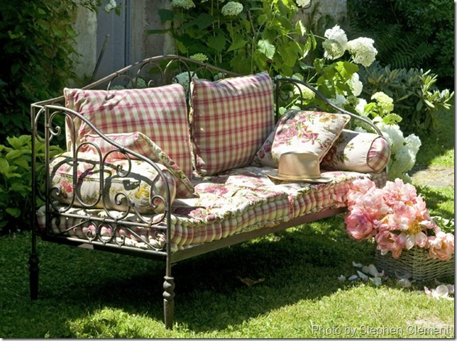 Confessions of a plate addict french country outdoor - Cojines para sofas de jardin ...