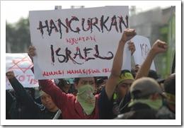 Espos/Agoes RudiantoUNTUK PALESTINA-Massa yang tergabung dalam Aliansi Mahasiswa Islam untuk Palestina menggelar akdi di depan Kampus UMS, Pabelan, Kartasura, Jumat (30/10). Mereka  meminta DK PBB untuk menindak Israel terkait pengepungan Masjidil Aqsa.