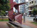 Escultura de Nicolas Vlavianos - pobre arte pública. Clique para ampliar
