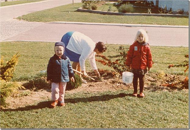 Min farmor i gang i forhaven - 1975/76