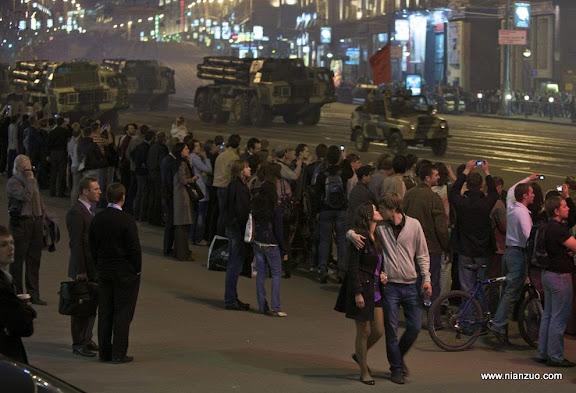 俄罗斯5月9日大阅兵 年轻人、白领都是在旁观,估计只有朝鲜人民还在受蒙蔽。