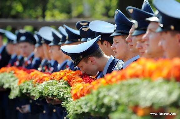 俄罗斯5月9日大阅兵 鲜花,忍不住闻一下