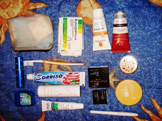 Produtos espalhados na bolsa