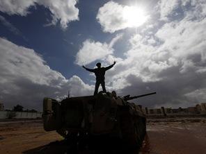 105766_warga-libya-menaiki-tank-milik-militer-