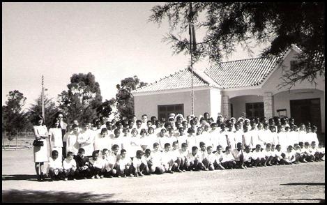 Alunos co a professora Hermengarda e Aldina, junto ao Posto Administrativo 1966