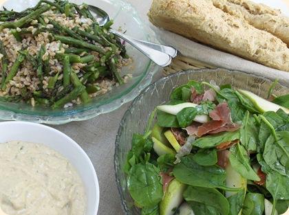 Salater, humus og brød