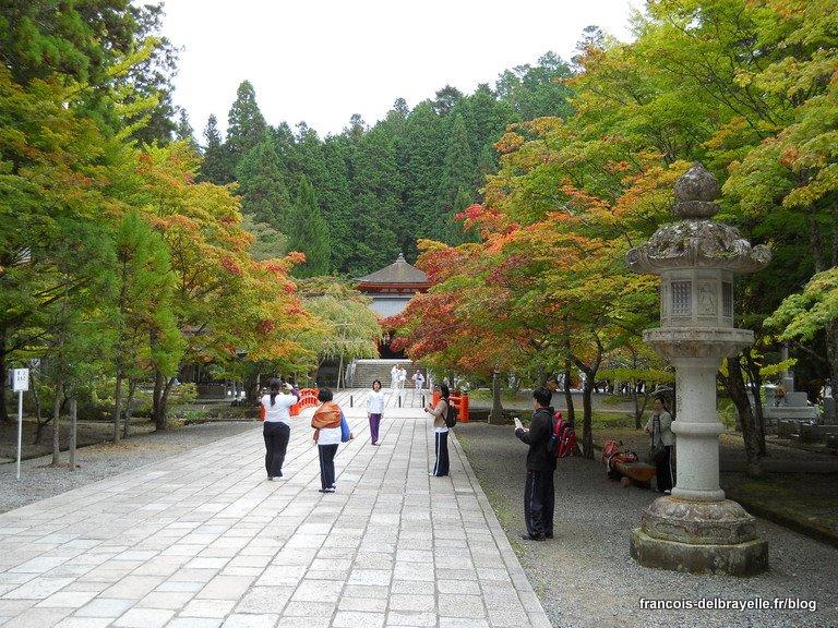 Une allée dans le cimetière de Oku-no-in à Koyasan