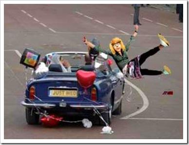 Quella svampita di pitufa si è messa in mezzo alla strada proprio quando gli sposi lasciavano la festa con l'auto. Ma non lo sa che gli inglesi si pregiano di guidare dal lato sbagliato della strada?