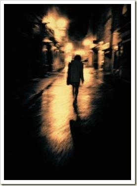 mulher_andando_sozinha
