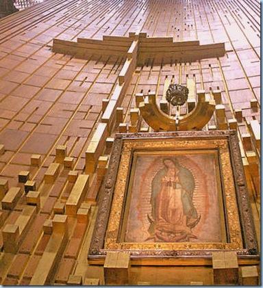 Bella María de Guadalupe junto a la Cruz de su Hijo Jesús (Basílica de Guadalupe, México, D.F.)