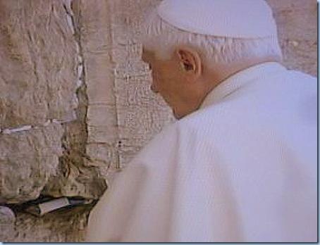 Benedicto XVI ORA EN EL MURO DE LOS LAMENTOS 12 5 09