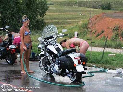 Chicas limpiando su moto