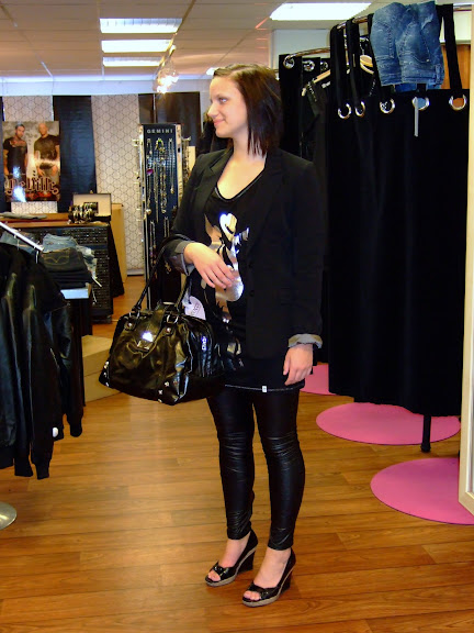 Ida provar en outfit till modevisningen