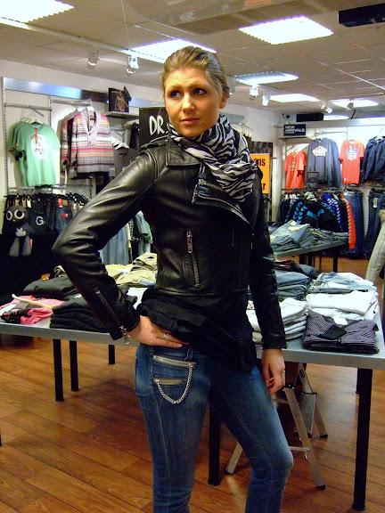 Vinyl skinnjacka Viktoria 1498 kr Miss Sixty mod, Radio 1299 kr Sister Point scarf 199 kr