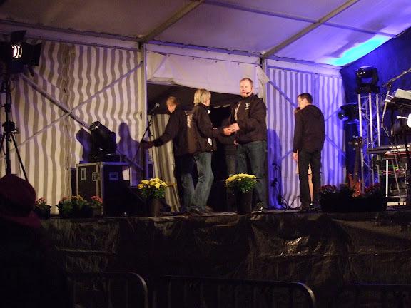 På kvällen innan dansen skulle startas hade de buggkurs från stora scenen....