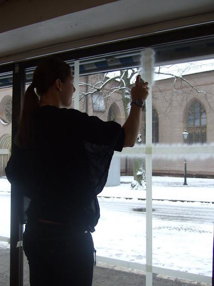 Carro börjar med att spraya snö i fönstret.......